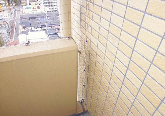 マンションバルコニーに防鳥ネットを設置
