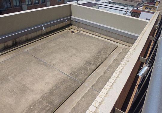 ビルの屋上部分に忌避剤を塗布