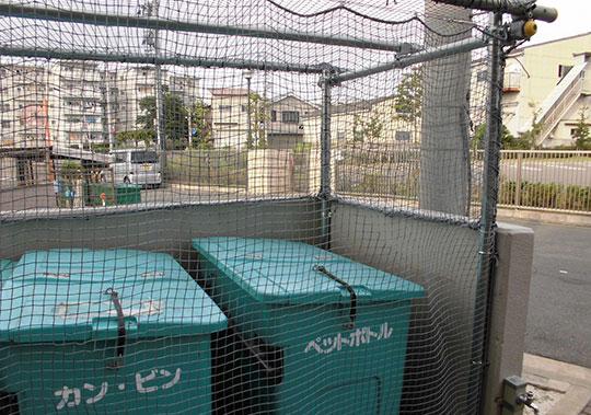 集合住宅ゴミ置場に防鳥ネットを設置