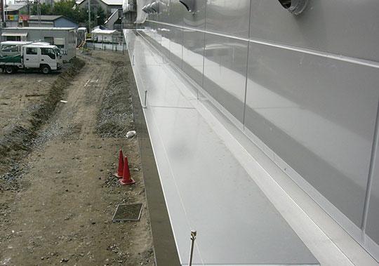 マンション庇部分に防鳥ワイヤー設置