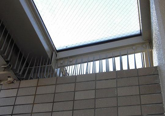 マンションの屋上部分に樹脂剣山を設置